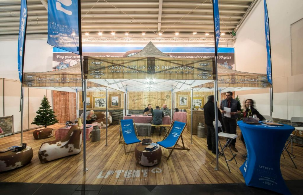 Espace réceptif avec tentes pliantes, mobilier gonflable et supports de communication