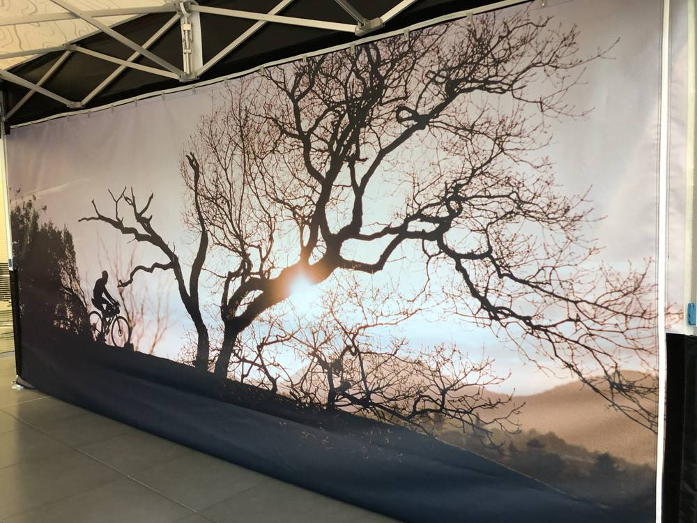 mur imprime barnum publicitaire